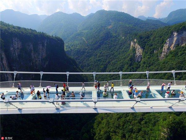 张家界大峡谷透明玻璃桥试运营-胆战心惊