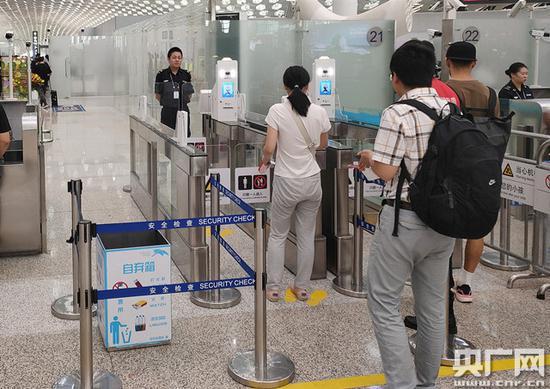 深圳机场推出智能安检通道 旅客可享全流程自助安检